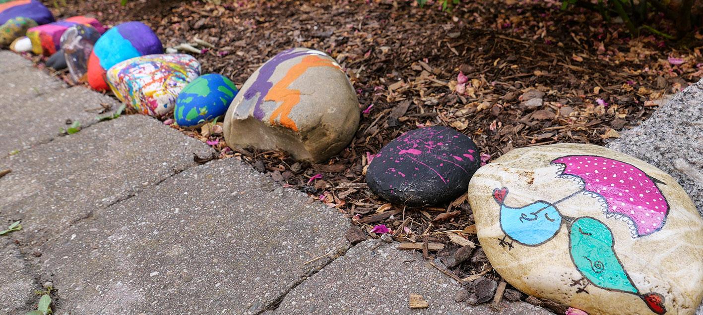 Kunst auf Stein am Beet